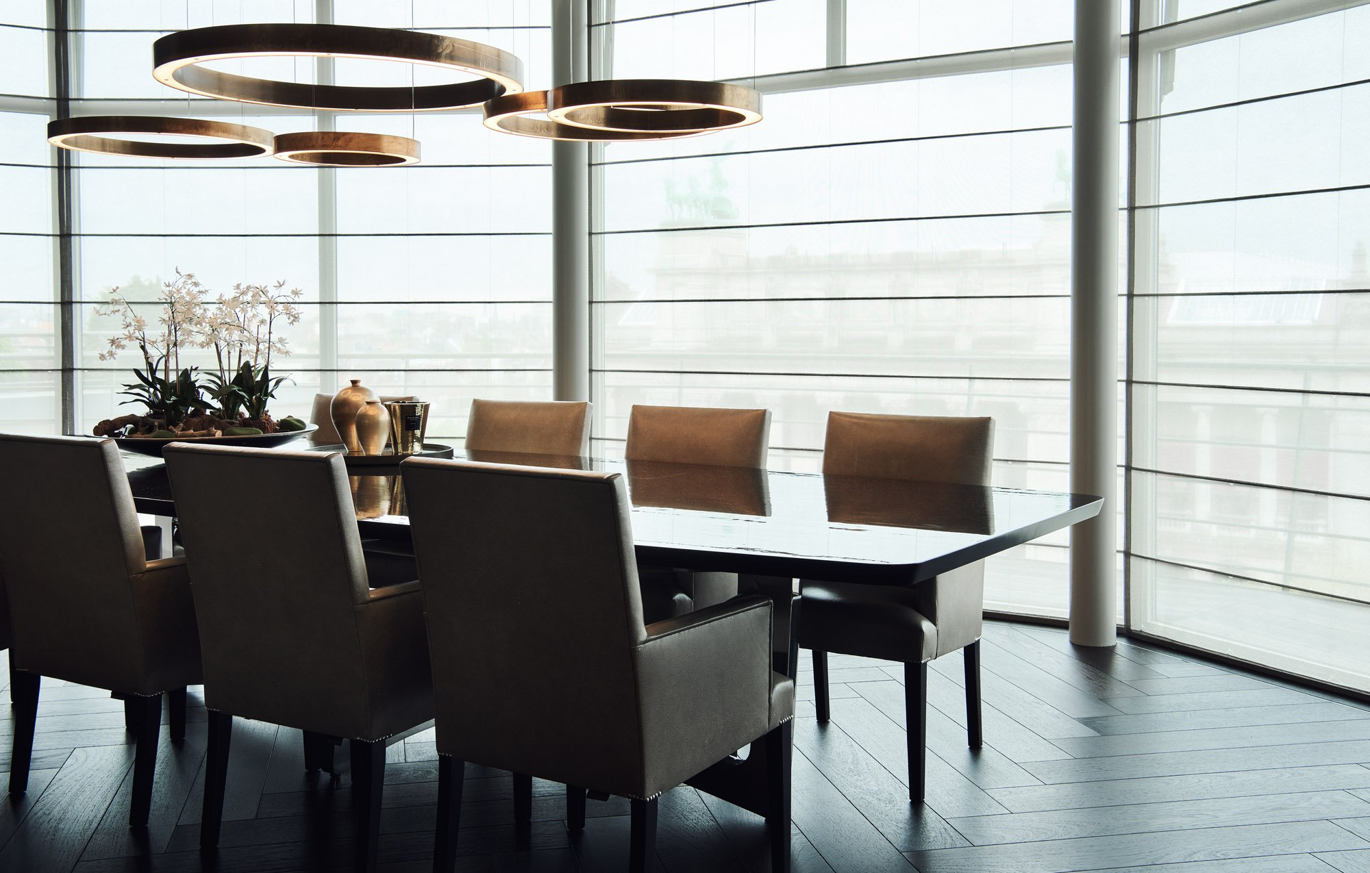 interior design dinner table gold lamps